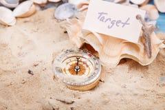 Kompas w piasku z wiadomością - cel zdjęcie stock