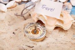 Kompas w piasku z wiadomością - podróż obraz royalty free