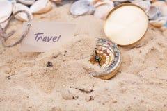 Kompas w piasku z wiadomością - podróż fotografia stock