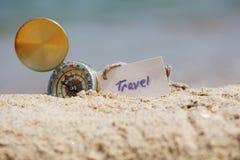 Kompas w piasku z wiadomością - podróż zdjęcie royalty free