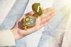 Kompas w ręce Fotografia Royalty Free