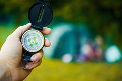 Kompas w ręka podróżniku Zdjęcie Stock
