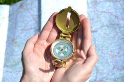 Kompas w rękach zdjęcie stock
