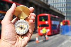 Kompas w ręce Zdjęcia Royalty Free