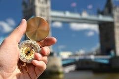 Kompas w ręce przeciw wierza mostowi Obrazy Stock