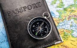Kompaspaspoort in dekking en wereldkaart Stock Afbeeldingen