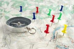 Kompass, översikt och häftstift Royaltyfria Foton