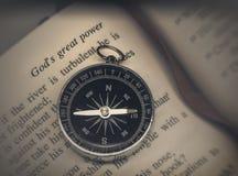 Kompass auf Bibel Stockbild