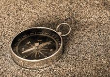 Kompass auf dem Sand Stockfoto