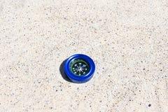 Kompass auf dem Sand stockbilder