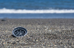 Kompass auf dem Strand lizenzfreie stockbilder