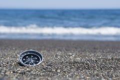 Kompass auf dem Strand stockfotos