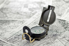 Kompass auf den Hintergrundkarten Stockbild