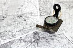 Kompass auf den Hintergrundkarten Stockfotos