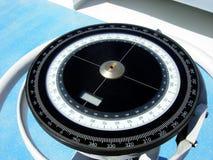 Kompass auf der Brücke eines Schiffs Lizenzfreies Stockfoto