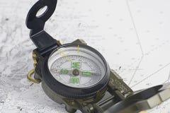 Kompass auf Diagrammbootfahrt lizenzfreie stockfotografie