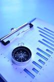 Kompass auf einem Balkendiagramm Stockbild