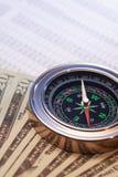 Kompass auf Geld Lizenzfreie Stockbilder