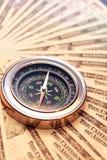 Kompass auf Geld Stockfoto