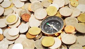 Kompass auf Geldhintergrund Stockfotografie