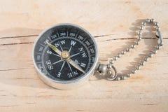 Kompass auf hölzernem Hintergrund Lizenzfreie Stockfotografie