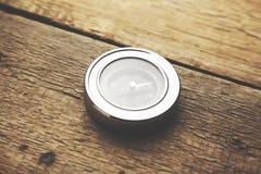 Kompass auf Holz Lizenzfreie Stockbilder