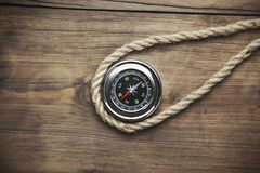 Kompass auf Holz Stockbild