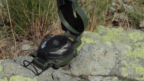 Kompass auf Steinnahaufnahme stock video footage
