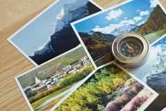 Kompass auf Unschärfenaturphotographie des populären touristischen Bestimmungsortes im Herbsthintergrund, reisendes Konzept China Lizenzfreies Stockfoto