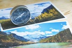 Kompass auf Unschärfenaturphotographie des populären touristischen Bestimmungsortes im Herbsthintergrund, reisendes Konzept China Stockfoto
