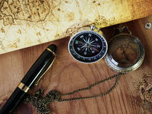 Kompass auf Weinlesekarte Retro- Art Lizenzfreies Stockbild