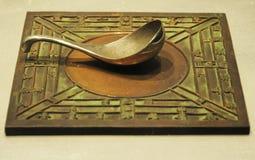Kompass av det forntida porslinet som göras av brons   royaltyfri foto