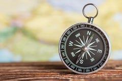 Kompass, der die Richtung zeigt Stockfotografie
