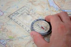 Kompass in der Hand lizenzfreie stockfotos