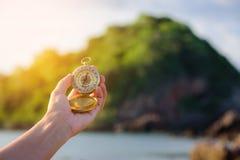 Kompass in der Hand auf der Natur Stockfotografie