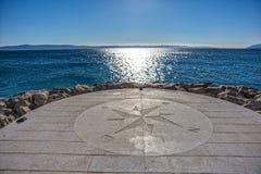 Kompass durch das Meer lizenzfreies stockbild