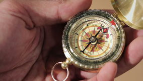 Kompass, ein Navigationsinstrument stock video
