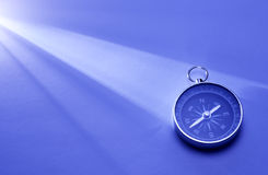 Kompass in einem Lichtstrahl Lizenzfreie Stockbilder
