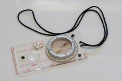 Kompass för att orientera på terräng arkivfoto