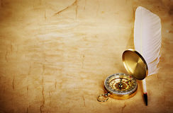Kompass, Federkiel auf altem Papier Lizenzfreies Stockfoto