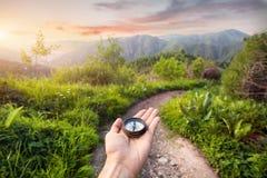 Kompass i bergen Arkivfoto