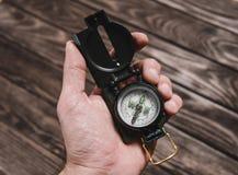 Kompass i en hand arkivbild