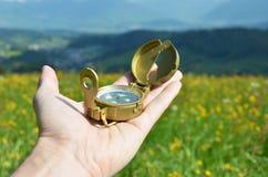 Kompass i handen Arkivfoto