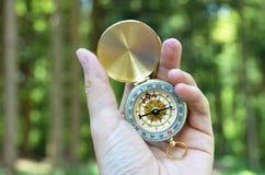 Kompass i handen Royaltyfri Foto