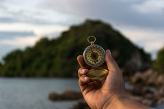 Kompass i handen på naturbakgrunden Royaltyfri Fotografi