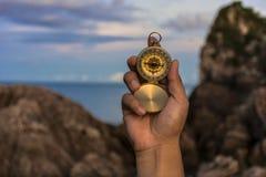 Kompass i handen på naturbakgrunden Royaltyfria Bilder