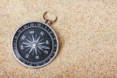 Kompass i sanden Royaltyfri Bild