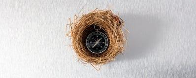 Kompass im bequemen Nest für sichere Reise oder Versicherte wagen Stockfotos