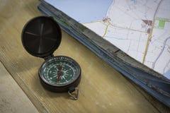 Kompass med en översikt på tabellen Royaltyfria Bilder