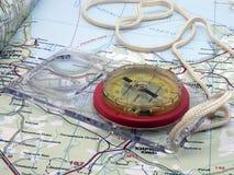 Kompass mit Hilfsmitteln auf der Karte Stockfoto